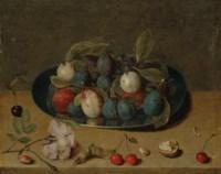 Nature morte de prunes dans une coupe, cerises, noix et noisettes