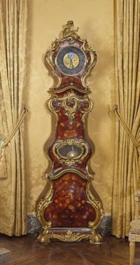 路易十五時期銅鎏金莧紫木、伏牛花木、冬青木、黑檀木及椴木擺鐘,據考為尚‧皮耶‧利茨製,十八世紀中製