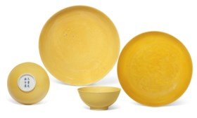 A PAIR OF YELLOW-GLAZED BOWLS, AND TWO DISHES