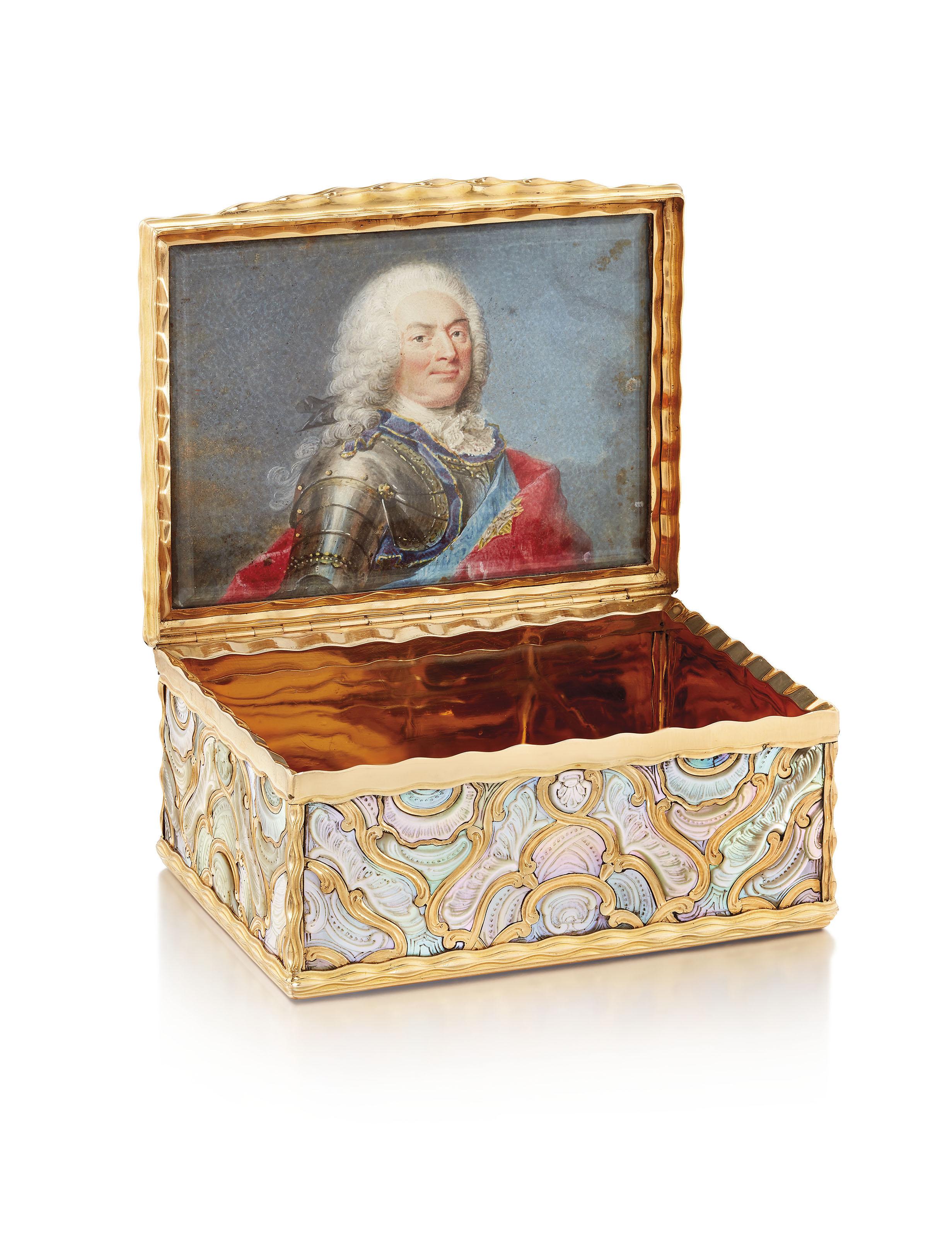 德国黄金镶嵌珍珠母贝鼻烟盒,可能为柏林制,约1745年,附有法国1819至1838年间使用的限制保证金标。宽3 18英寸(80毫米)。此拍品于2019年12月5日在佳士得伦敦售出,成交价175,000英镑