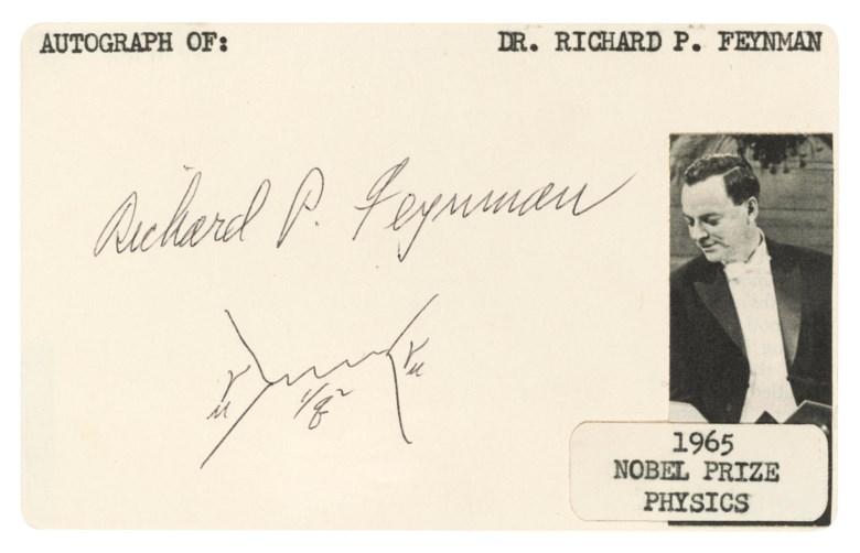 """费曼与他的图表,理查‧费曼。国际拍卖会上首次出现的亲笔签名""""费曼图"""",绘下两个电子之间虚拟光子的交换。此作于2019年5月16至23日在「巨人的肩膀上」网上拍卖中售出,成交价10,000英镑"""