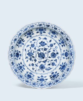 A BLUE AND WHITE EARLY-MING FOLIATE-RIM DISH