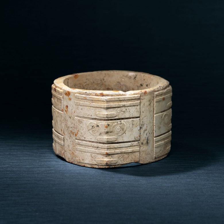 良渚文化 三层人神兽面纹玉琮。高 7.8 公分(3 116 英寸)。此拍品于2019年11月27日在佳士得香港售出,成交价31,325,000港元