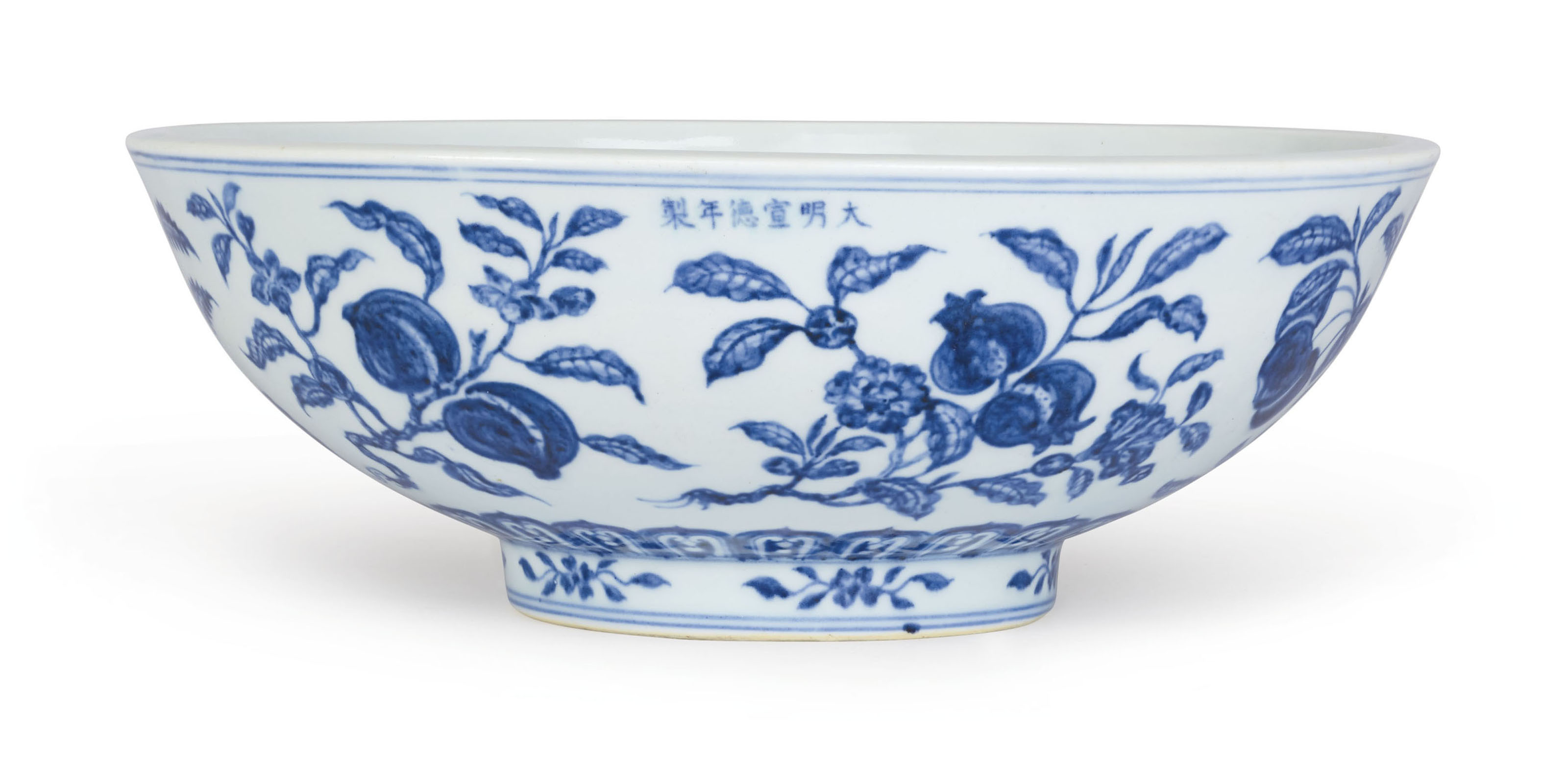 AN EXTREMELY RARE AND FINE LARGE BLUE AND WHITE 'FRUIT SPRAY' BOWL