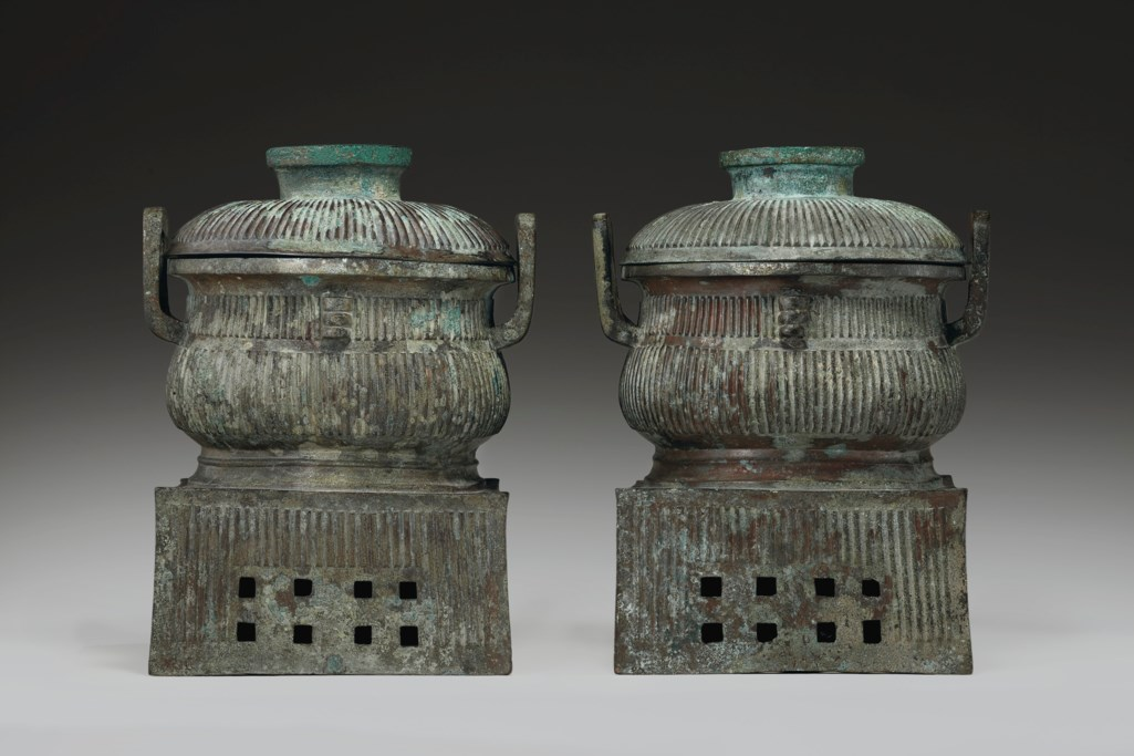 A PAIR OF RARE BRONZE RITUAL FOOD VESSELS AND COVERS ON INTE