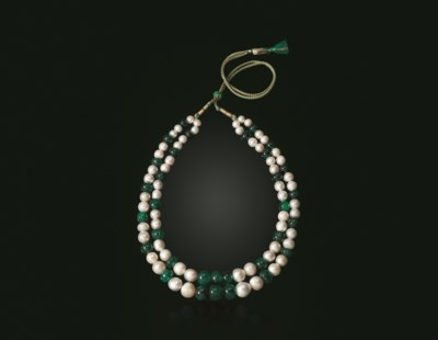 AN ANTIQUE EMERALD BEAD AND PE