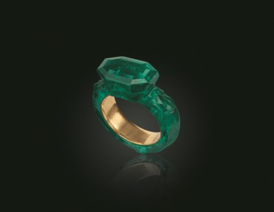 A CARVED EMERALD AND GOLD RING