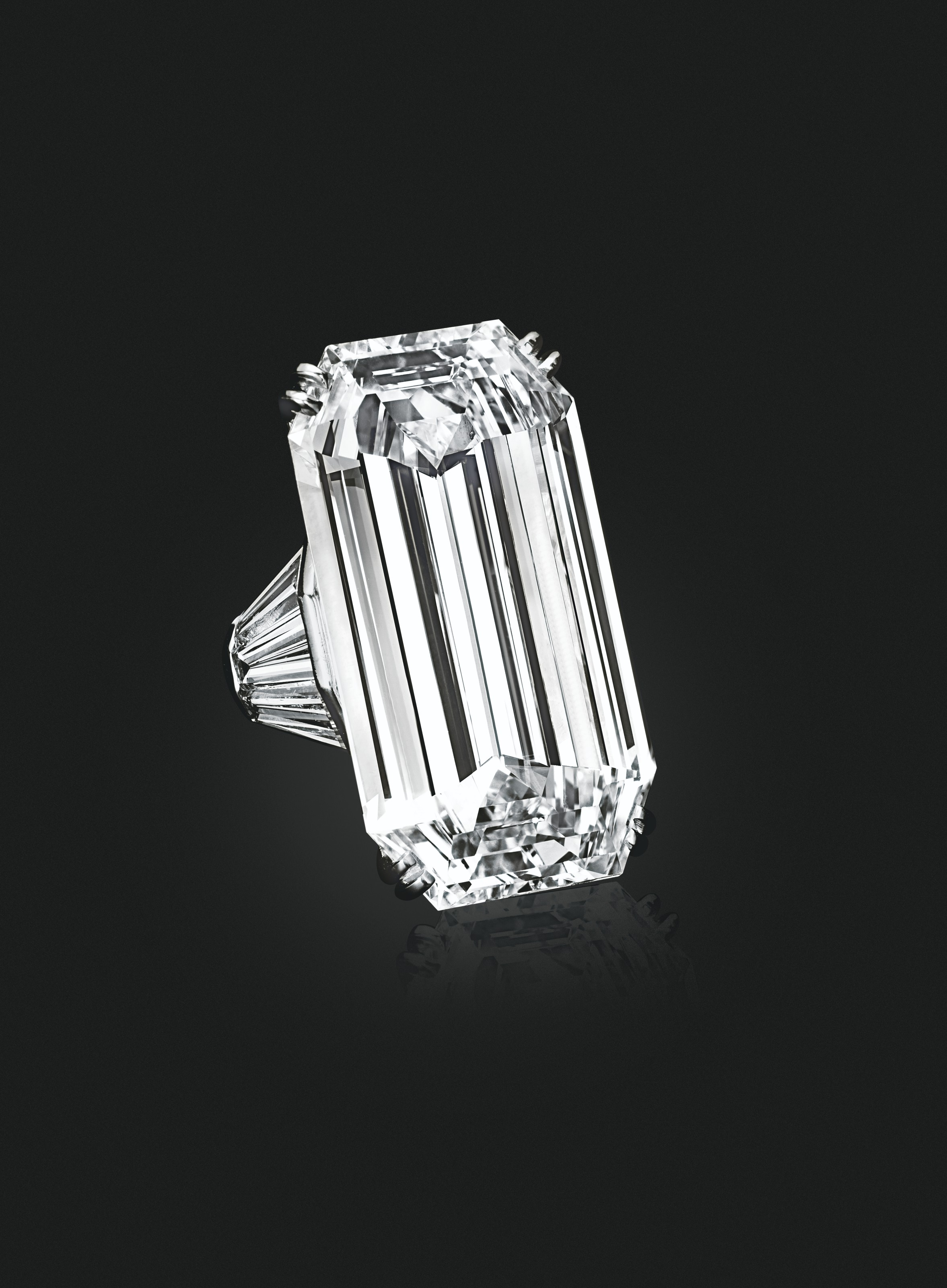 'MIRROR OF PARADISE' A DIAMOND RING