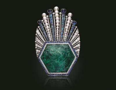 AN ART DECO CARVED EMERALD, SA