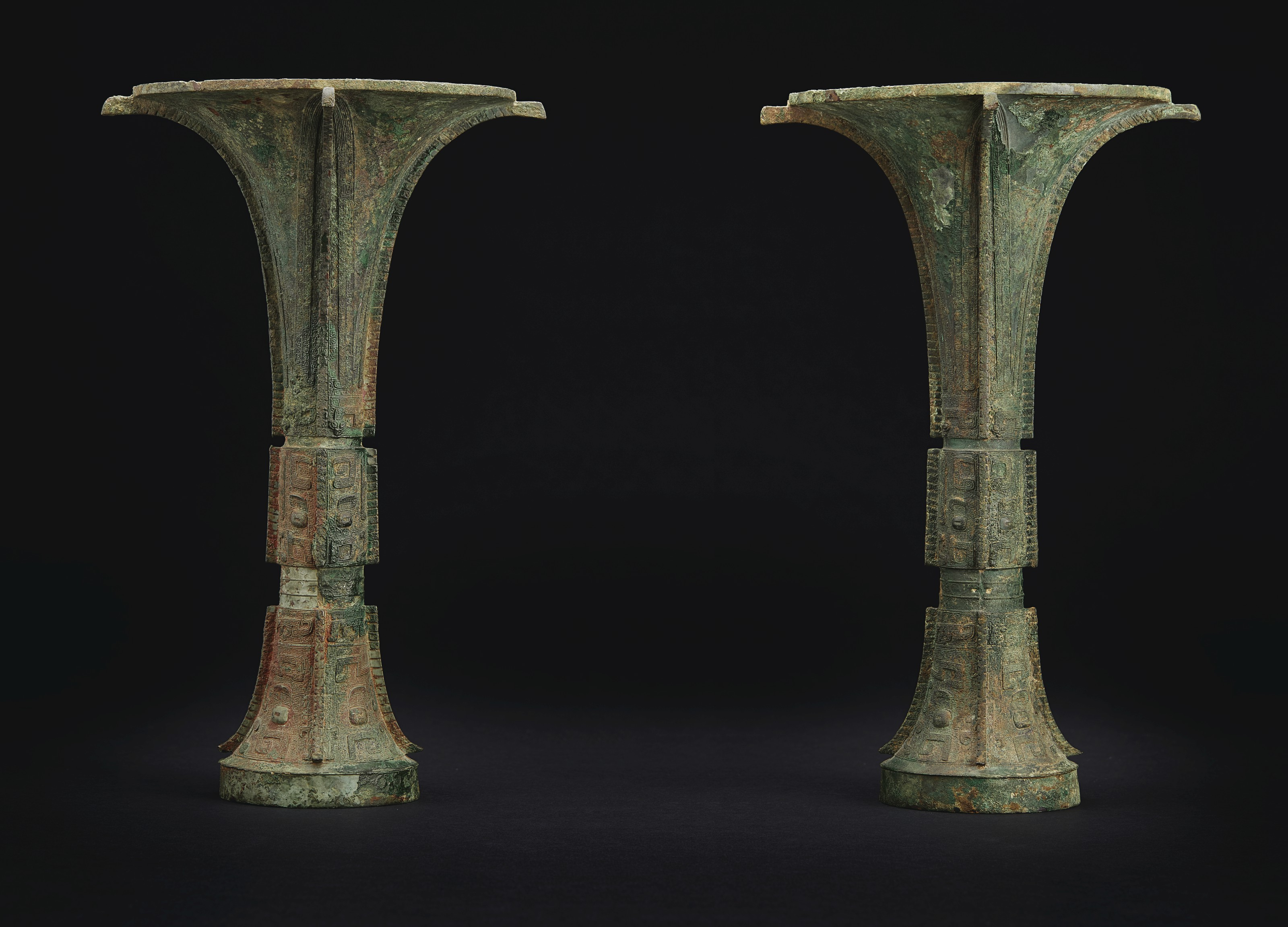 THE TIE ZHU GU A VERY RARE AND FINELY CAST PAIR OF BRONZE RITUAL WINE VESSELS