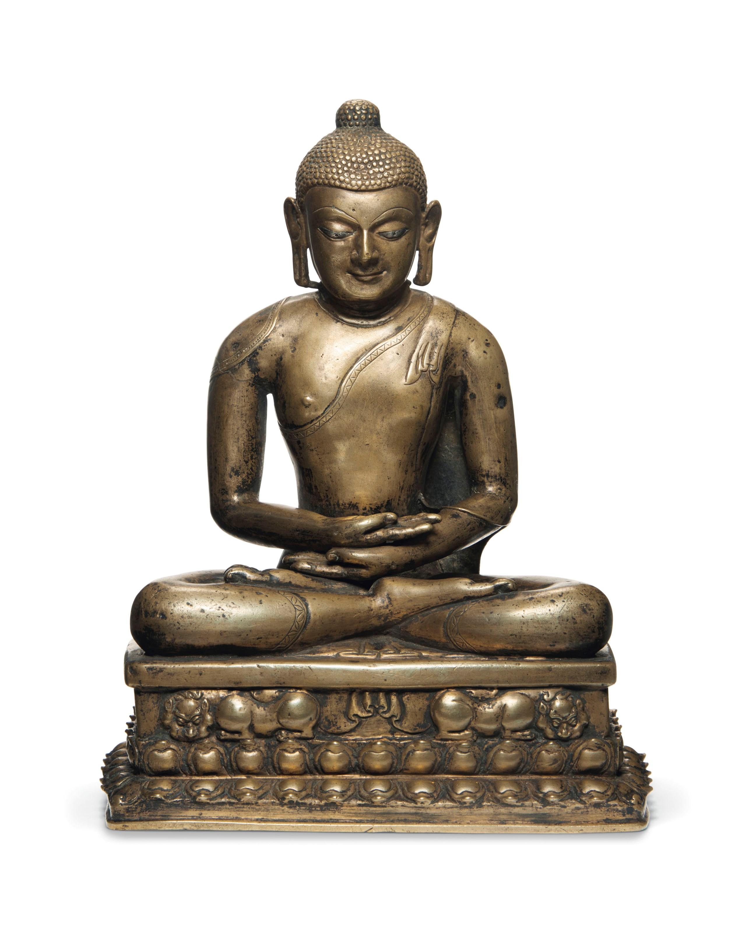 西藏西部 十一至十二世纪 铜错银嵌红铜佛坐像,高12¼吋(31公分)。估价:100,000-150,000美元。此拍品于2019年3月21日在佳士得纽约髹金饰玉 - 欧云伉俪珍藏日间拍卖中呈献。