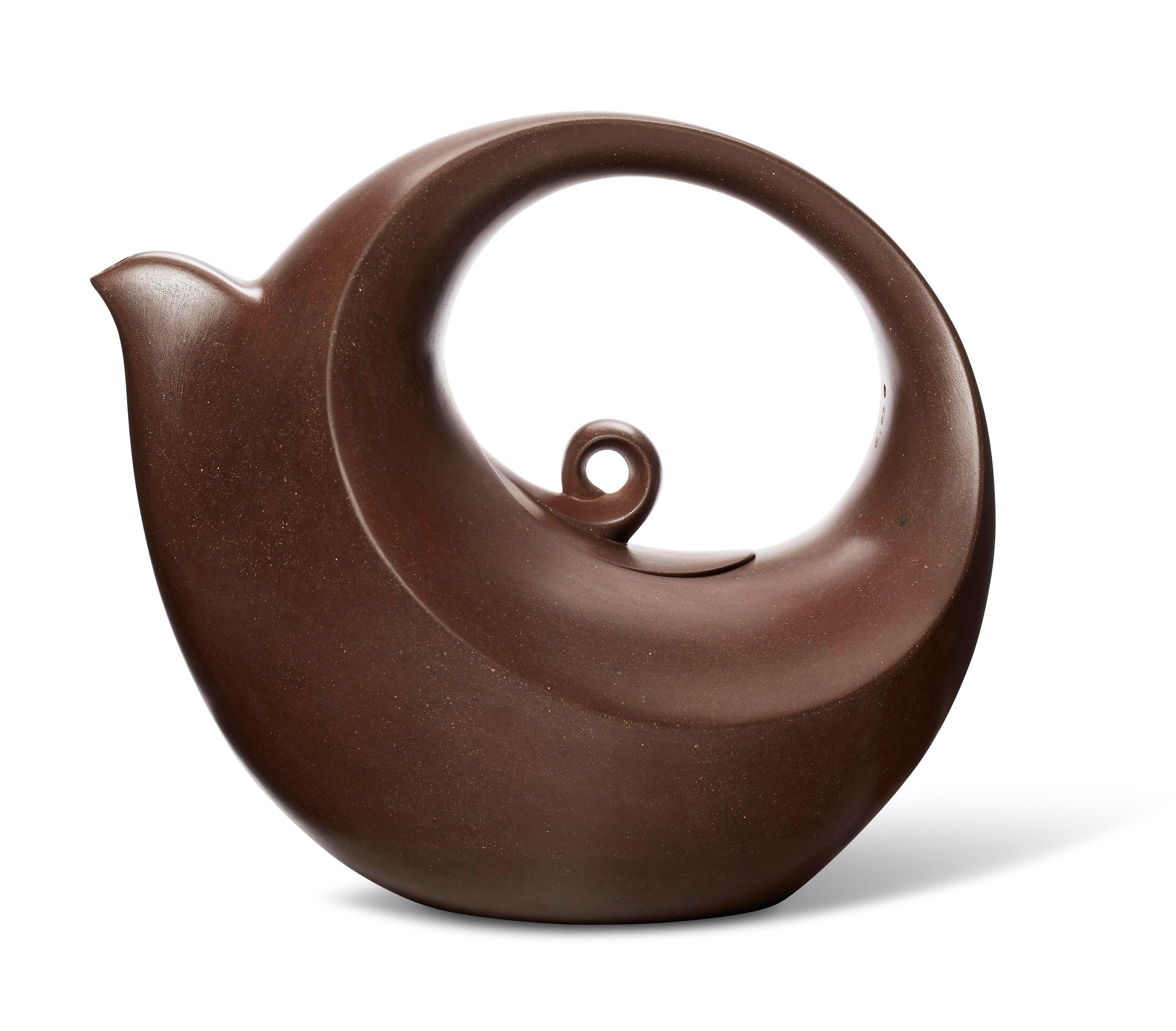 汪寅仙(1943-2018)制神鸟出林壶,宽5¾吋(14.6公分),估价:30,000-50,000美元。此拍品于3月19至26日在佳士得网上拍卖壶里乾坤:欧云伉俪珍藏宜兴紫砂器中呈献。