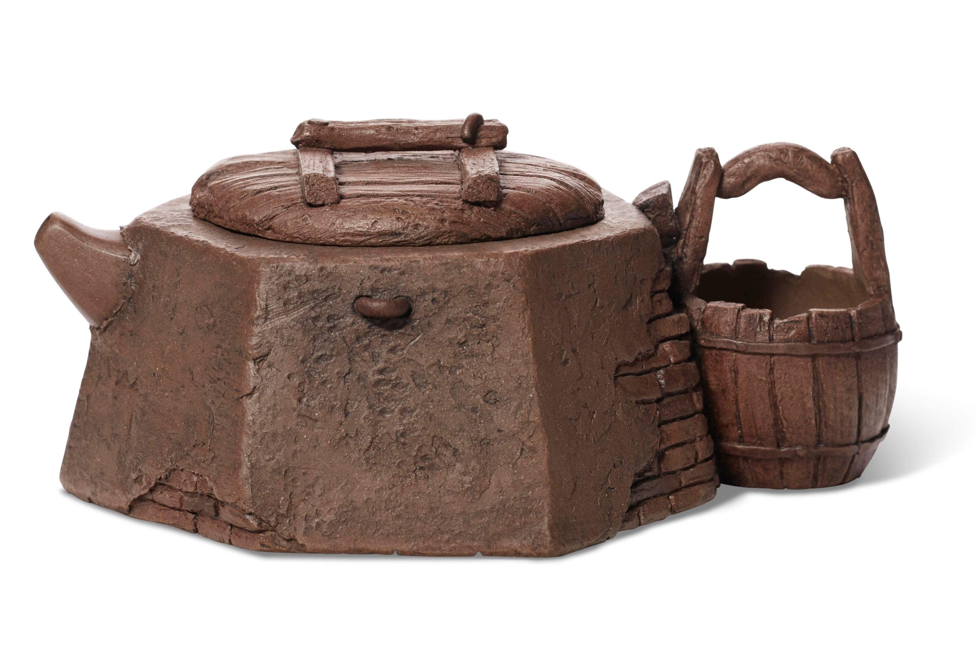 周定芳(1965年生)制水井壶,宽5¼吋(13.4公分),估价:1,500-2,500美元。此拍品于3月19至26日在佳士得网上拍卖壶里乾坤:欧云伉俪珍藏宜兴紫砂器中呈献。