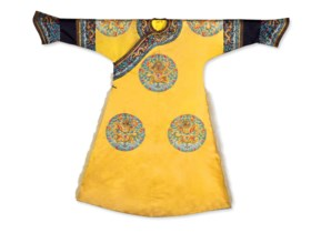 TRES RARE ROBE IMPERIALE SEMI-FORMELLE EN SOIE BRODEE A FOND