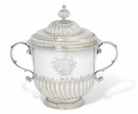A WILLIAM III SILVER PORRINGER AND COVER