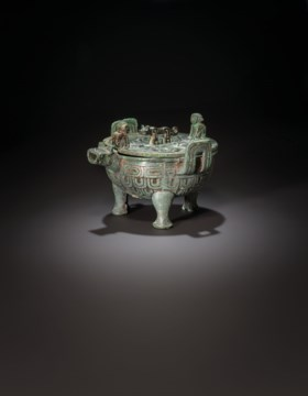 A RARE BRONZE TRIPOD POURING VESSEL AND A COVER, XIAOLIUDING