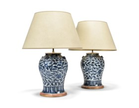A PAIR OF CHINESE BLUE AND WHITE VASE TABLE LAMPS