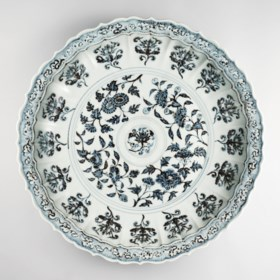 AN EXTREMELY RARE AND LARGE BLUE AND WHITE LOBED DISH