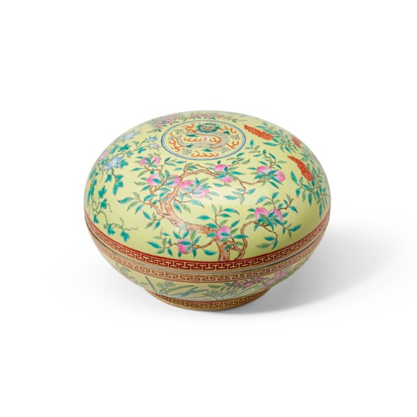 A LARGE FAMILLE ROSE YELLOW-GROUND 'DRAGON' CIRCULAR BOX AND COVER