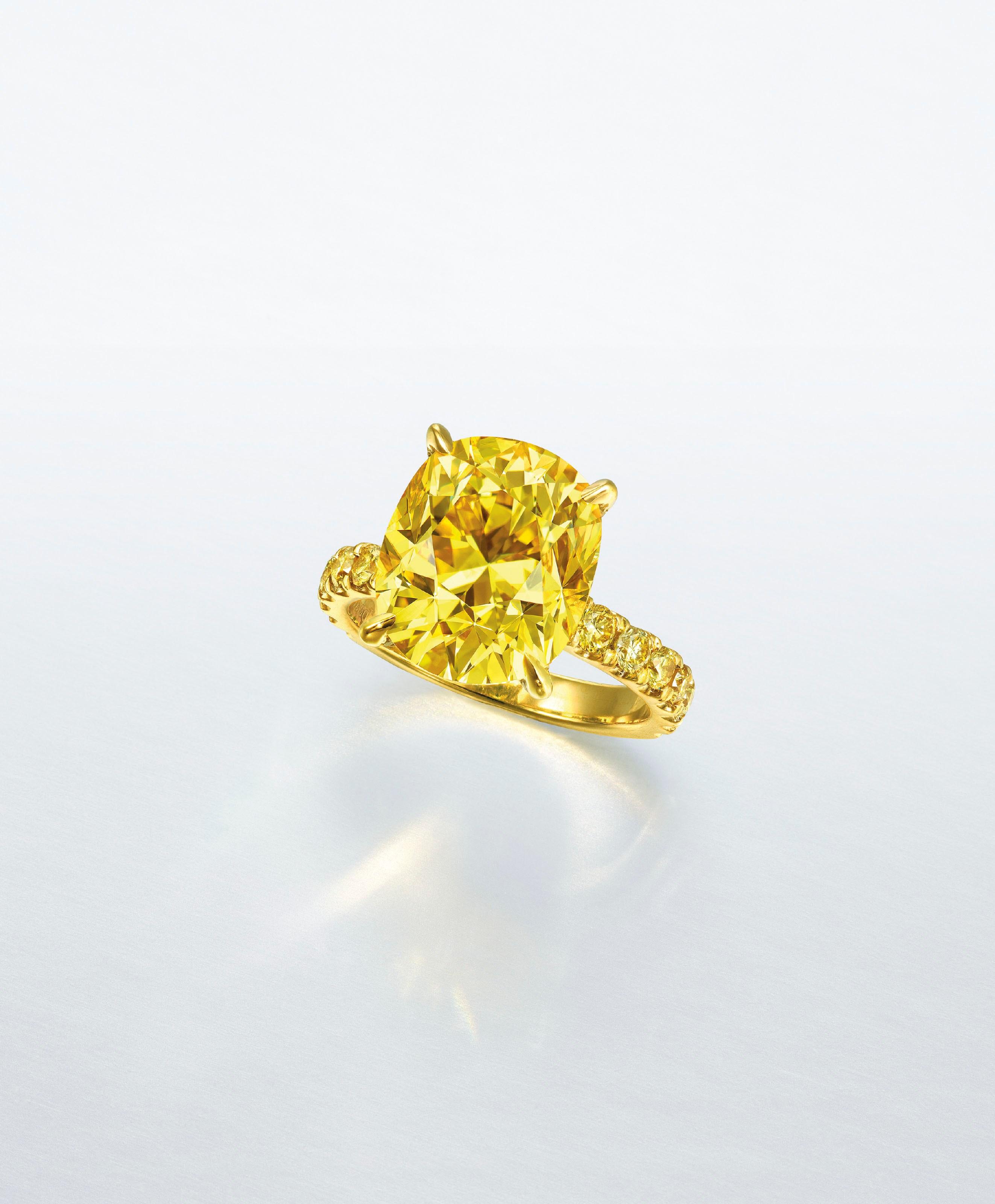 有色钻石戒指。7.03克拉枕形艳彩黃色VS2钻石戒指,附GIA,配钻石,镶金,戒指5 ¾号。此拍品于2020年7月9日在佳士得香港瑰丽珠宝及翡翠首饰拍卖中售出,成交价3,845,000港元