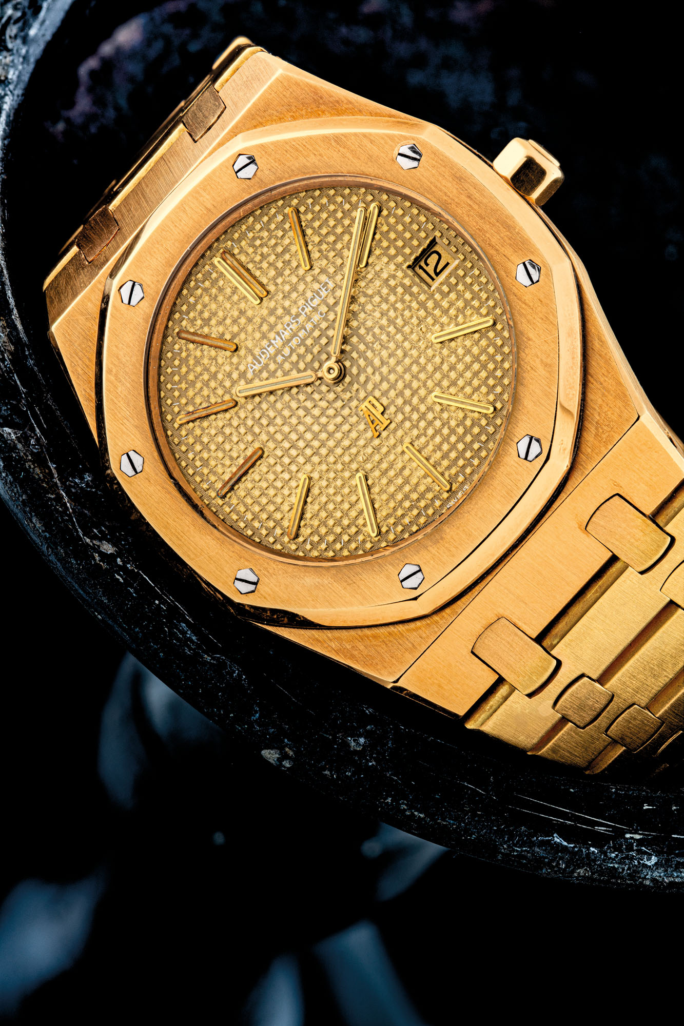 AUDEMARS PIGUET. AN EARLY, HIGHLY ATTRACTIVE AND VERY RARE 18K GOLD AUTOMATIC WRISTWATCH WITH DATE, BRACELET AND TROPICAL DIAL