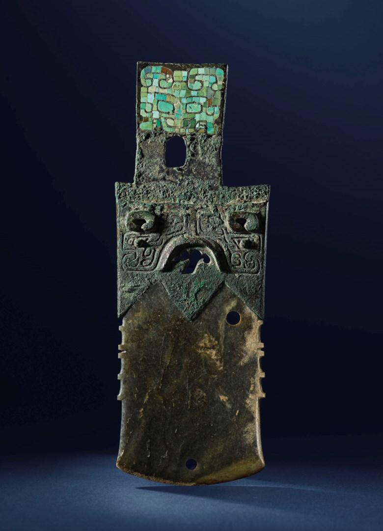 商 镶嵌绿松石兽面铜内玉戚。长 21 公分(8 18 英寸)。此拍品于2020年11月20日在佳士得香港售出,成交价6,250,000港元