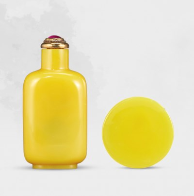 A YELLOW GLASS SNUFF BOTTLE