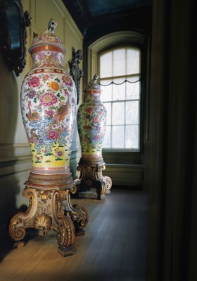 A PAIR OF FAMILLE ROSE SOLDIER VASES AND COVERS