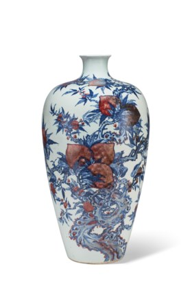 A LARGE COPPER-RED-DECORATED BLUE AND WHITE 'PEACH' VASE, ME