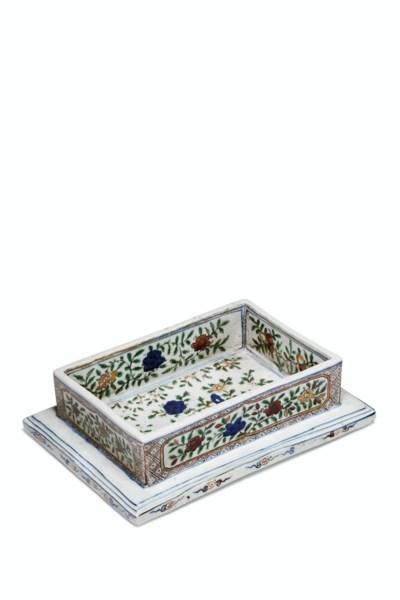 A RARE RECTANGULAR WUCAI BOX