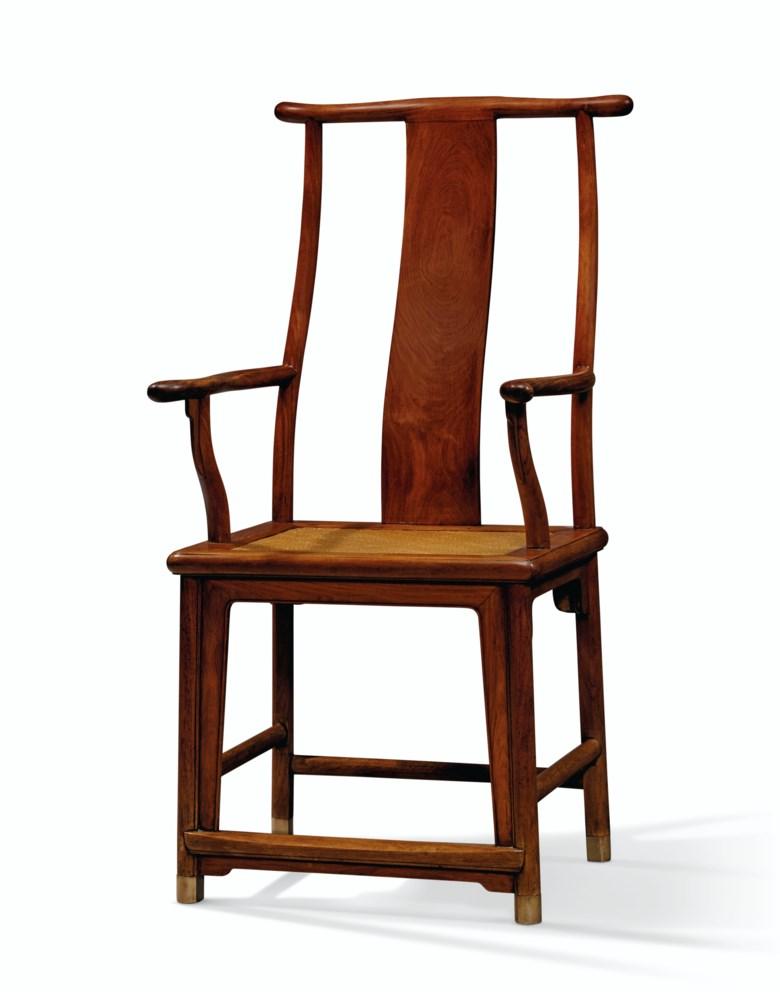十七十八世纪 黄花梨四出头官帽椅。高45英寸(114.3公分),宽21 ¼英寸(53.9公分),深23 ½英寸(59.6公分)。估价:80,000 – 120,000美元。此拍品将于2020年9月25日在佳士得纽约重要中国瓷器及工艺精品拍卖中呈献