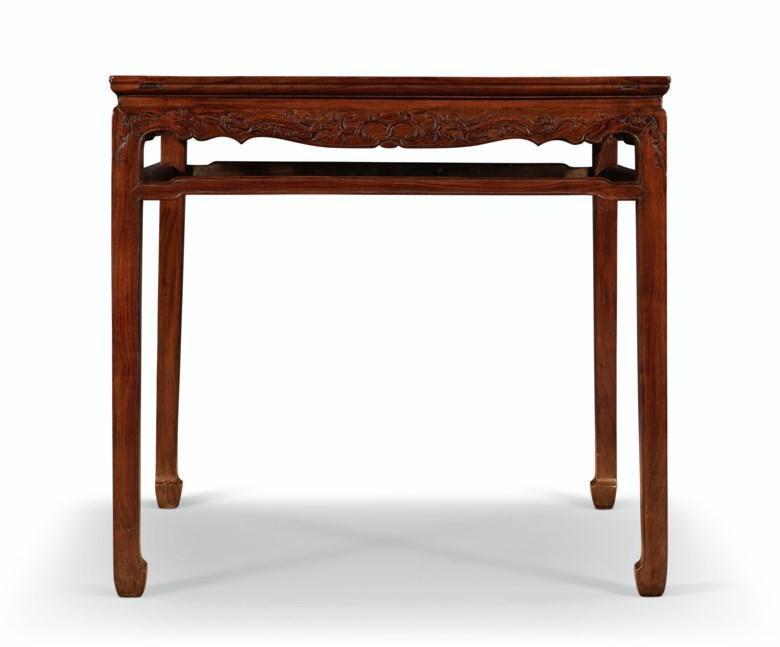 十七十八世纪 黄花梨螭龙纹方桌。高34英寸(86.6公分),边长36 ¾英寸(93.3公分)。估价:60,000 – 80,000美元。此拍品将于2020年9月25日在佳士得纽约重要中国瓷器及工艺精品拍卖中呈献