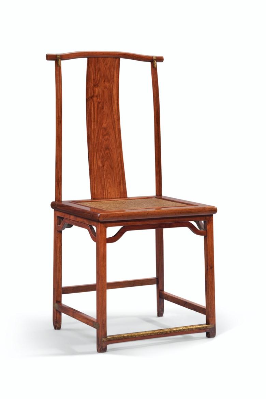 十七世纪 黄花梨灯挂椅一对。高41 58英寸(105.6公分),宽19 34英寸(50.2公分),深16 38英寸(41.6公分)。估价:50,000 – 70,000美元。此拍品将于2020年9月25日在佳士得纽约重要中国瓷器及工艺精品拍卖中呈献