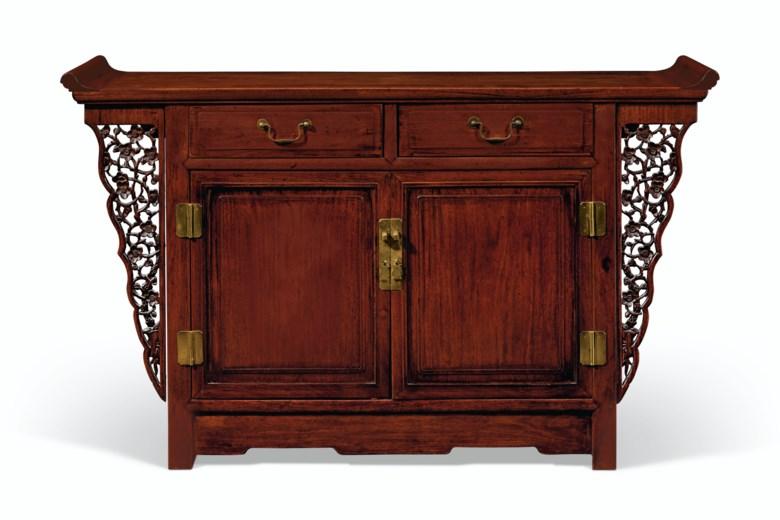 二十世纪 花梨闷户橱。高35 14英寸(89.5公分),宽57 ¼英寸(145.4公分),深17英寸(43.2公分)。估价:5,000 – 7,000美元。此拍品将于2020年9月25日在佳士得纽约重要中国瓷器及工艺精品拍卖中呈献
