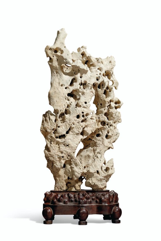 清 太湖赏石。高41 12英寸(105.4公分),红木底座。估价:25,000 – 35,000美元。此拍品将于2020年9月25日在佳士得纽约重要中国瓷器及工艺精品拍卖中呈献