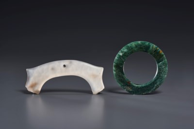 A MOSS-GREEN AGATE RING