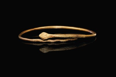 AN EGYPTIAN GOLD SNAKE BRACELE