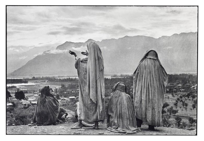 Henri Cartier–Bresson (1908–2004), Srinagar, Kashmir, India, 1948. Gelatin silver print, printed 1989. Sheet 20 x 23⅞ in (50.8 x 60.6 cm). Estimate $18,000-22,000. Offered in  Photographs, 21-30 September 2020, Online