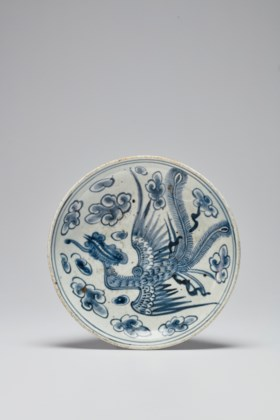 A CIRCULAR BLUE AND WHITE PORCELAIN DISH