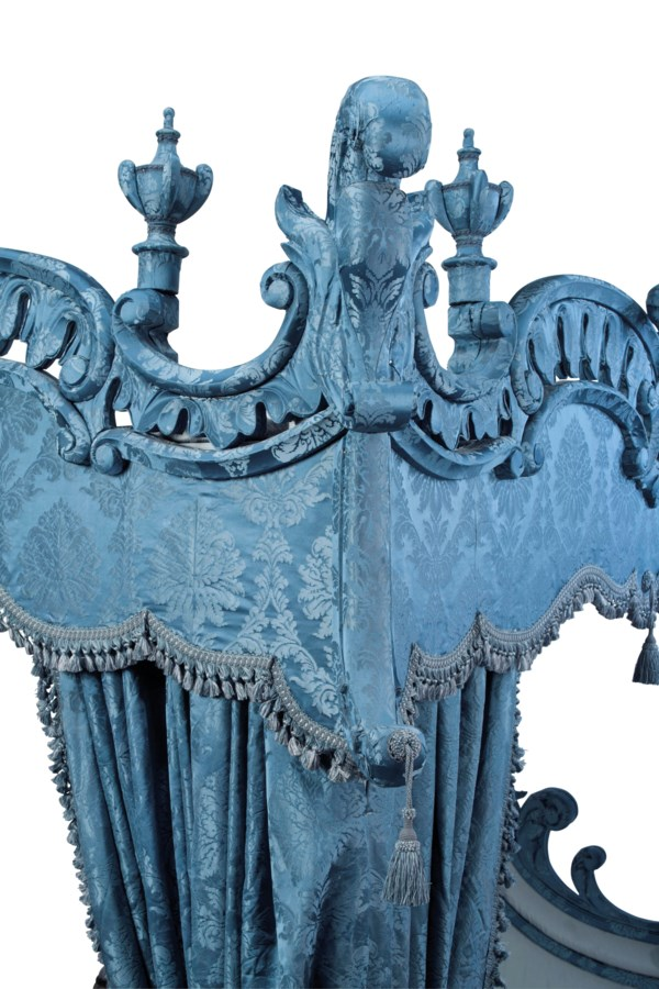 A GEORGIAN STYLE BLUE DAMASK UPHOLSTERED KING-SIZE TESTER BED