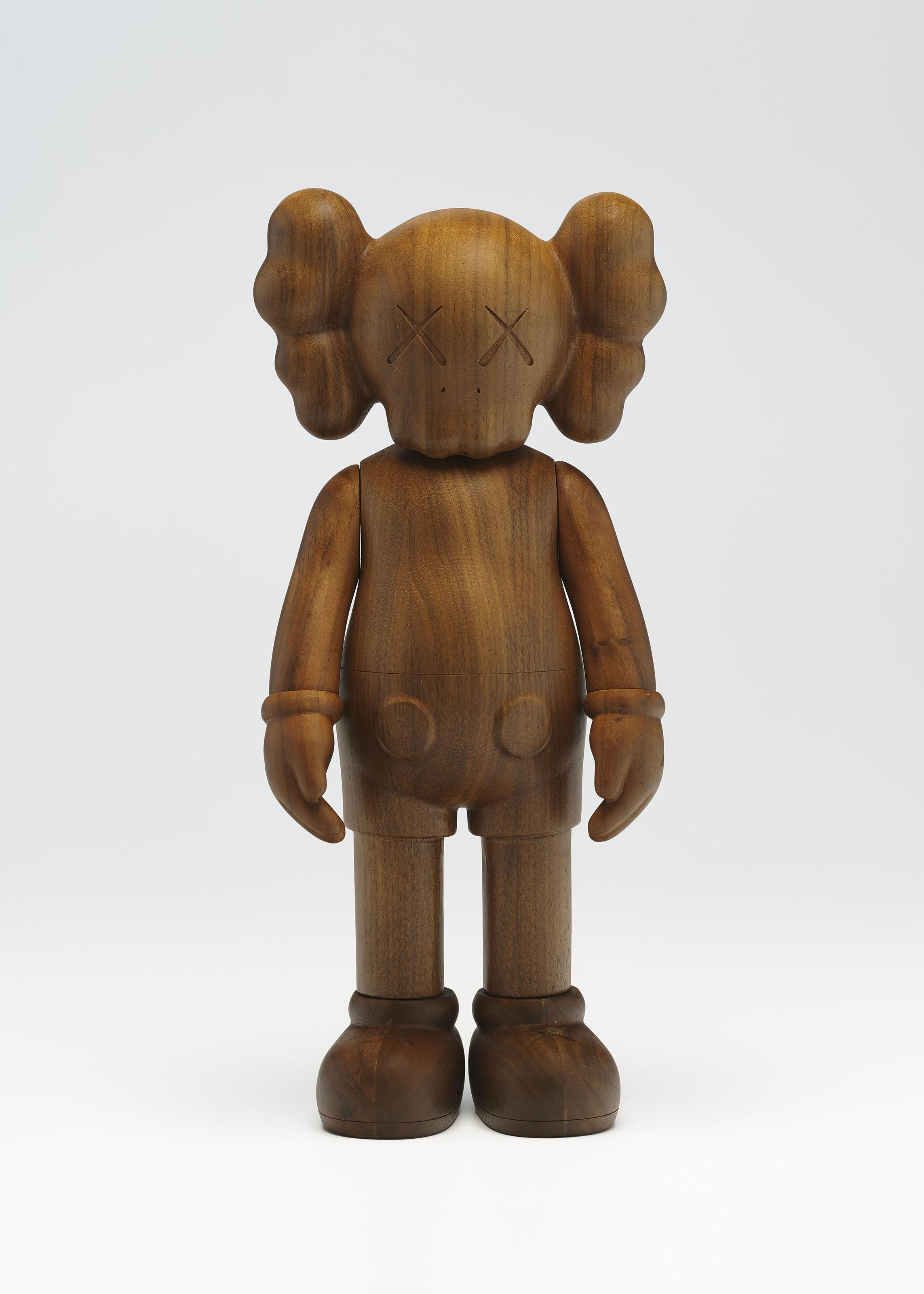 KAWS(美国,1974年生),《COMPANION (KARIMOKU VERSION)》[同伴(KARIMOKU版本)],2011年作。木 雕塑。27 x 12 x 6.5公分(10 58 x 4 ¾ x 2 ½ 吋)。估价:20,000–30,000美元。此拍品将于2020年4月21至30日佳士得亚洲当代艺术网上专场呈献。艺术品:© KAWS