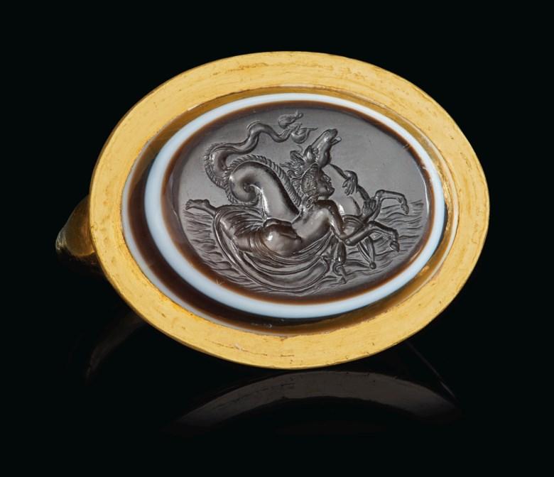 罗马海仙女骑海马黄金和红缟玛瑙戒指,约公元前二至一世纪制。宽⅛ 英寸(2.8公分)。此拍品于2020年6月16日在网上拍卖中售出,成交价68,750美元