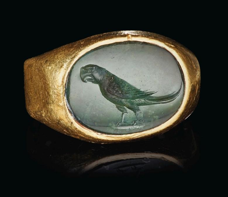 罗马鹦鹉黄金和绿玉髓戒指,约公元前一世纪至公元一世纪制。宽11⁄16 英寸(2.6公分)。此拍品于2020年6月16日在网上拍卖中售出,成交价87,500美元