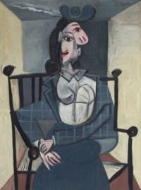 Femme dans un fauteuil