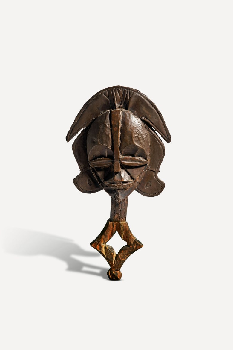 Kota-Obamba reliquary figure, Gabon. Height 38  cm (15  in). Estimate €50,000-70,000. Offered in SHAPE(S), LUNIVERS DES FORMES, African and Oceanic arts on 3 December 2020 at Christie's in Paris