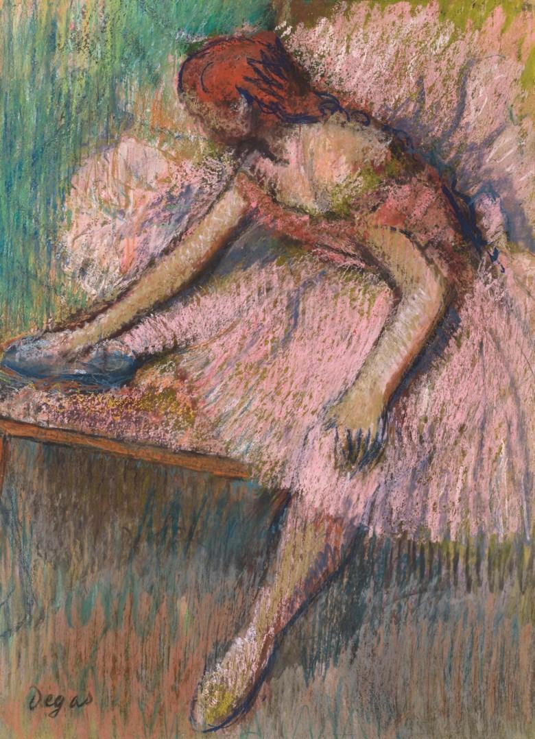 艾德加‧德加(1834-1917),《粉衣舞者》,1896年作。粉彩 纸本 裱于纸板,15 ¾ x 12 ¼英寸(42.5 x 31.1公分),估价:2,500,000 - 3,500,000英镑。此作将于6月30日佳士得伦敦二十及二十一世纪艺术:伦敦晚间拍卖中呈献