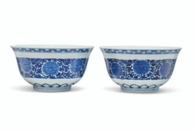 A PAIR OF BLUE AND WHITE 'PEONY' BOWLS