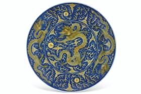 A LARGE YELLOW ENAMEL AND UNDERGLAZE-BLUE-GROUND 'DRAGON' DI