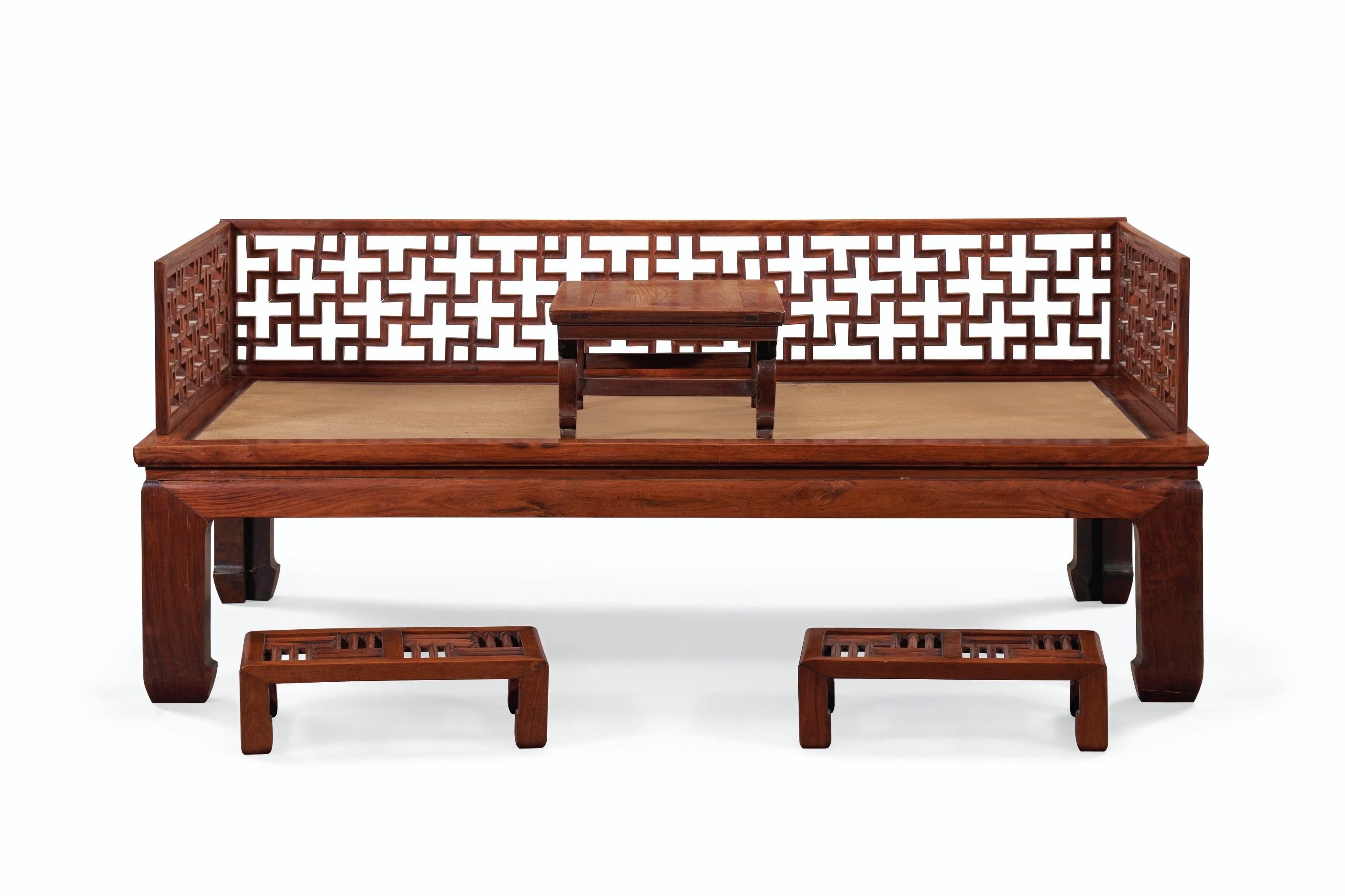 清十八十九世纪 黄花梨罗汉床, 黄花梨炕桌及红木脚踏一对(经改装)。估价:50,000 – 70,000美元。此拍品将于2021年3月18至19日在佳士得纽约重要中国瓷器及工艺精品拍卖中呈献