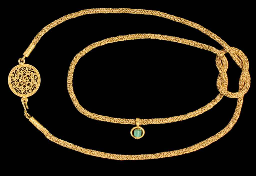 A ROMAN STYLE GOLD NECKLACE